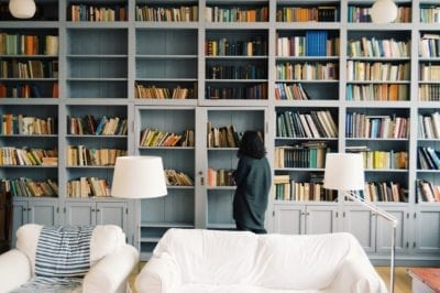 Estantería para decorar el salón. Muebles libreros para despachos